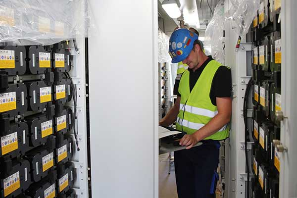 Installation der Lithium-Batteriemodule in den Containern.